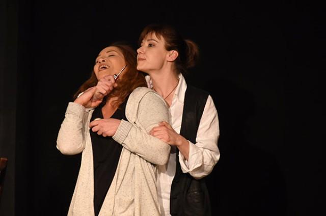 İki Kadın Sahnede Öpüştü! Herkes Şok Oldu! - 1