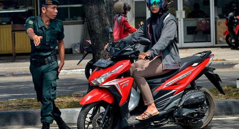 Endonezya'da Dar Pantolon Kontrolü Halkı Sokağa Döktü - 1