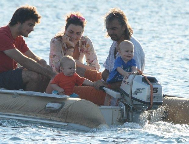 Ünlü Oyuncu Eşi Ve Çocukları İle Birlikte Teknede Yaşamaya Başladı! - 1