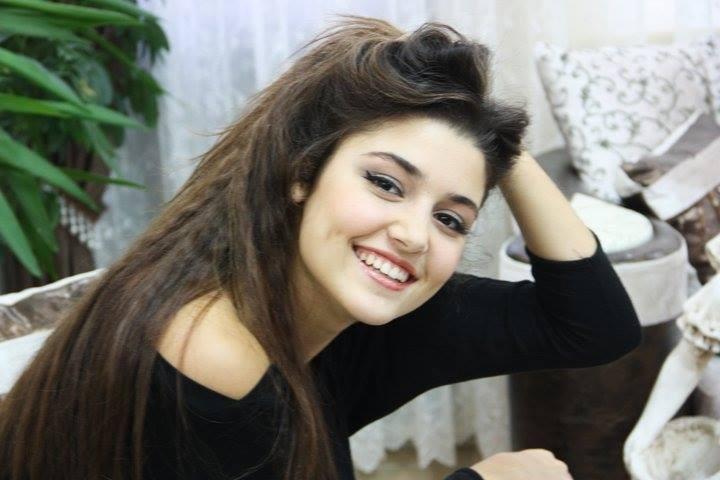 Hande Erçel'in Kıyafeti Geceye Damga Vurdu - 1