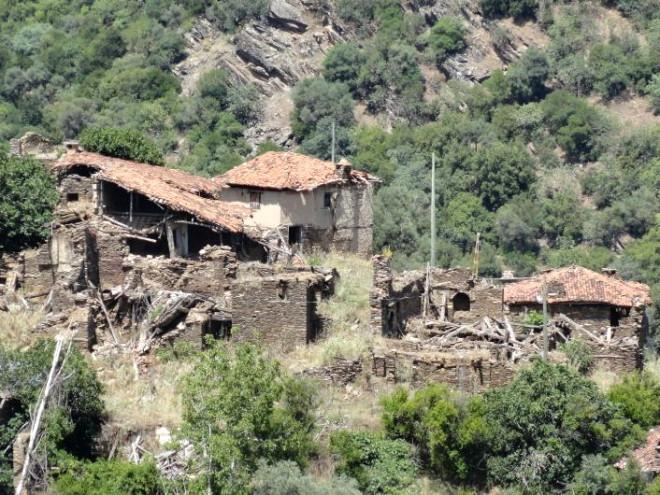 10 Kişinin Yaşadığı Türkiye'nin Hayalet Köyü Lübbey! - 1