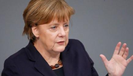 Angela Merkel Koruma Ordusu İle Geziyor!