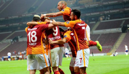 Galatasaray O Futbolculardan Kurtulamıyor!