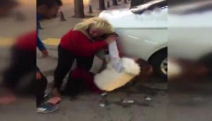 İki Kadın Cadde Ortasında Kavga Etti!
