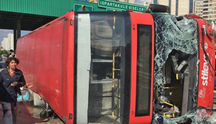 İstanbul'da Halk Otobüsü Devrildi! Birçok Yaralı Var
