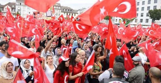 Almanya'da Türkler Baş Kaldırdı: Reddediyoruz!