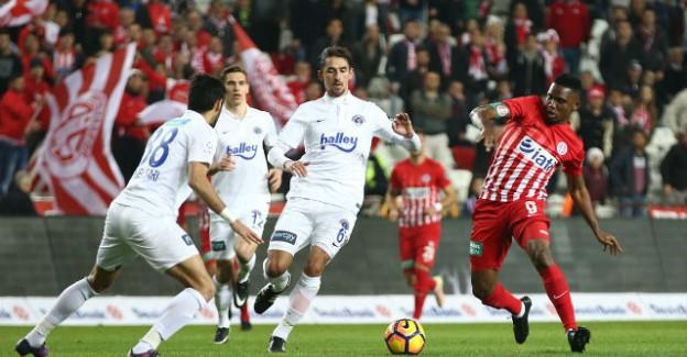 Antalyaspor'un Yıldız İsmi Veda Etti!