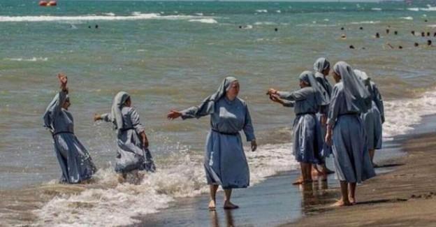 Denize Giren Rahibelerin Fotoğrafını Paylaşan İmam Engellendi