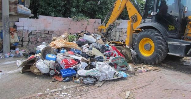 Evden 5 kamyon çöp çıkartıldı