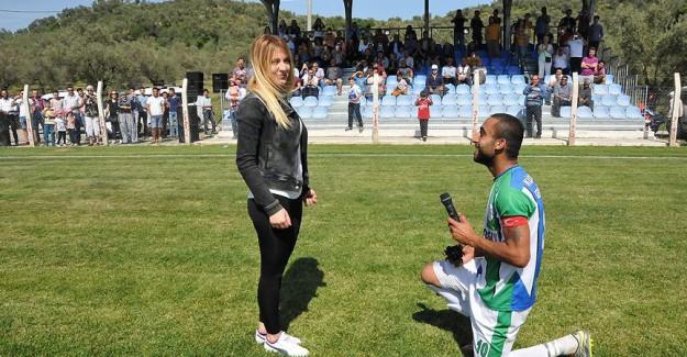 Futbol maçında evlilik teklifi
