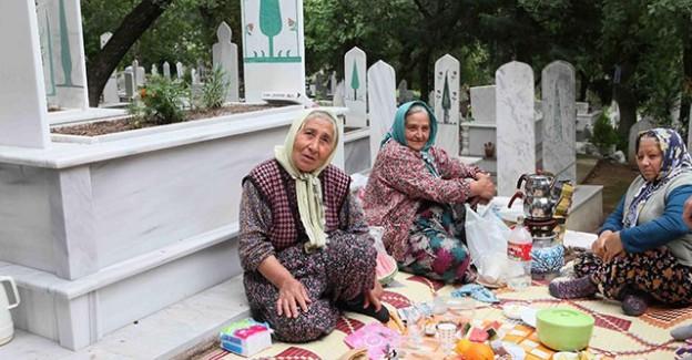 Hıdırellez'i Mezarlıkta Sofra Kurarak Kutladılar