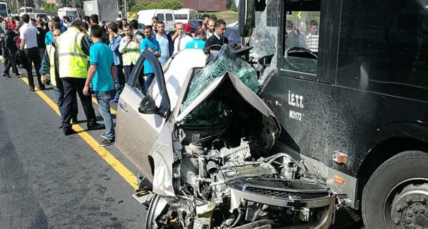 İstanbul'da Feci Kaza: Taklalar Atarak Metrobüs Yoluna Girdi
