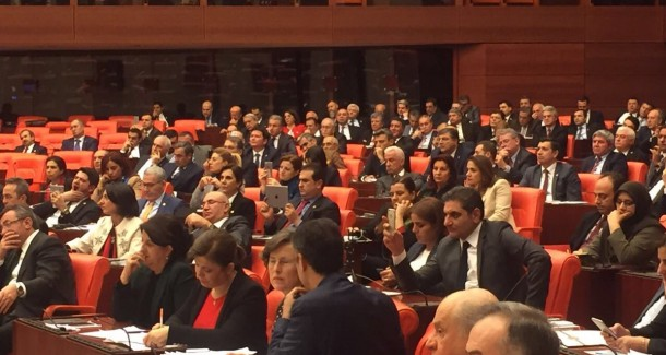 Meclis'te Dikkat Çeken Kare: CHP'li Vekil HDP Sıralarında