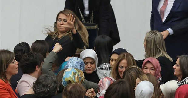 Meclis'teki Kavgada 2 Vekil Hastanelik Oldu! Şafak Pavey'in Bacak Protezi Çıktı