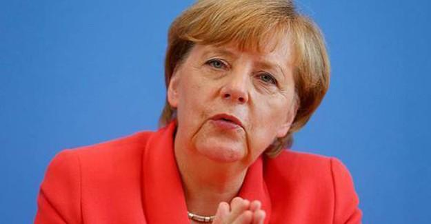 Merkel'in Ofisine Domuz Kafası Bıraktılar