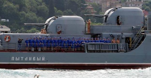 Rus Savaş Gemisi Boğaz'dan Geçti! Bu Askerler Ne Yapıyor?