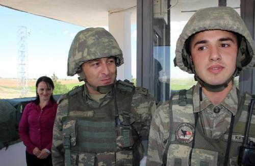 Sınırda Nöbet Tutan Askere Büyük Sürpriz! Dondu Kaldı