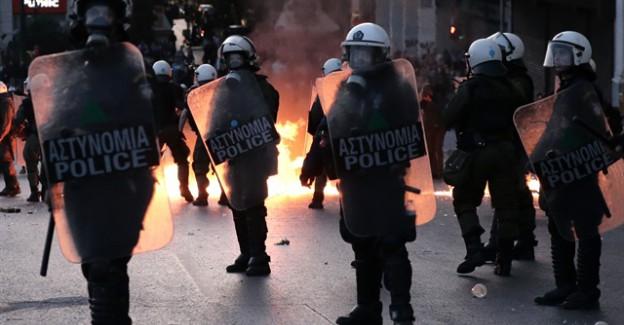 Yunanistan'da polis ve göstericiler çatıştı