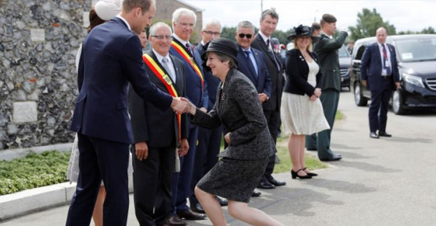 Başbakan May Bu Kez Yeni Kraliçe'ye Diz Çötktü!