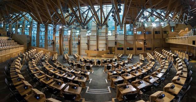 İskoçya Parlamentosu'nda Şüpheli paket Alarmı!