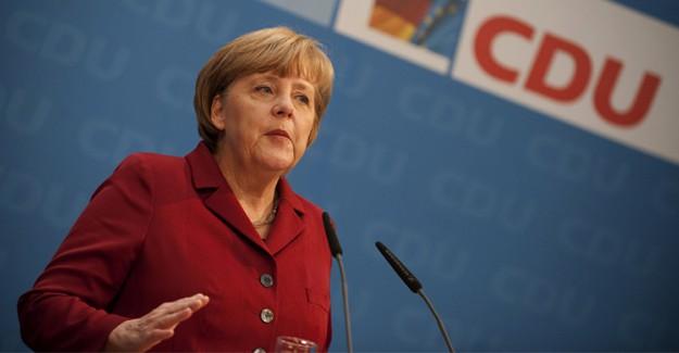Merkel'e Büyük Şok! Domates Saldırısına Uğradı