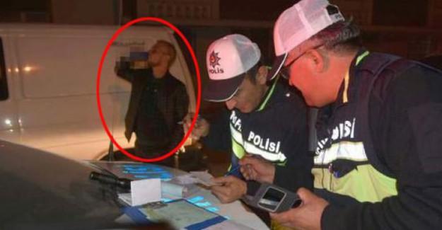 Trafik Polisi Ceza Yazarken O İçmeye Devam Etti!