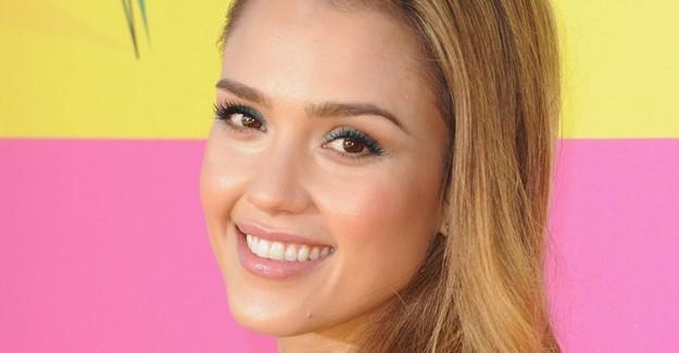 Trend Alarmı: Makyaj Modasına Renkli Eyeliner Dokunuşu!