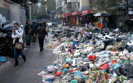 Belçika'da Türklerin Sokağındaki Çöpleri Bilerek Toplamıyorlar!