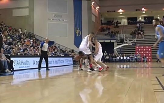 Rakiplerinin Bacak Arasından Geçen Basketçi Güldürdü