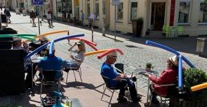 Almanya'da Kafede Yüzme Makarnalı Sosyal Mesafe Tedbiri - 1