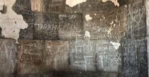 Ani'de Tarihi Yapıtların Duvarları Yazı Alanı Oldu - 1