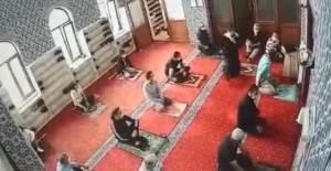 Camide Garip Olay, Cemaat Sayısı Onun Yüzünden 5 Kişi Kaldı! - 1