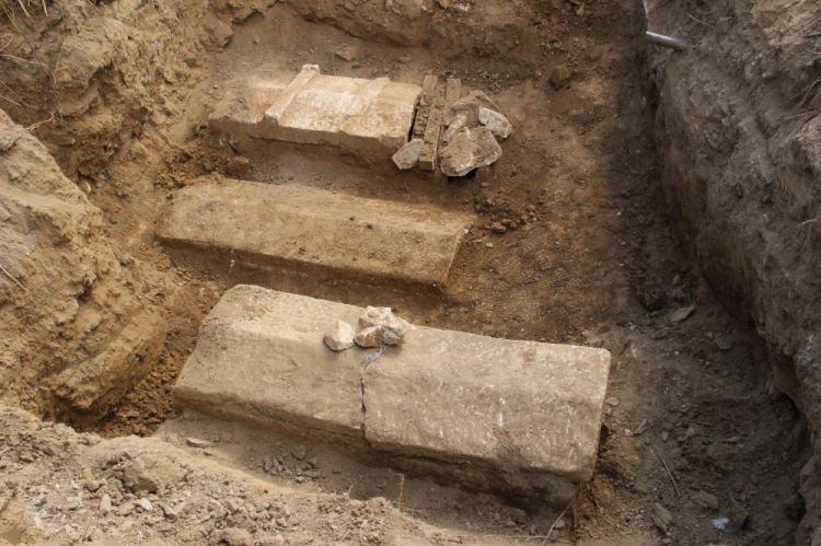 Su Borusu Patlayınca Lahit Mezarlar Gün Yüzüne Çıktı - 1