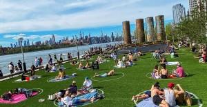 New Yorklular Güneşli Havayı Görünce Parklara Akın Etti - 1