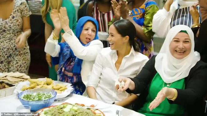 Kraliyet Ailesinin Yeni Gelini Meghan Markle Müslüman Kadınlarla Börek Sardı - 1