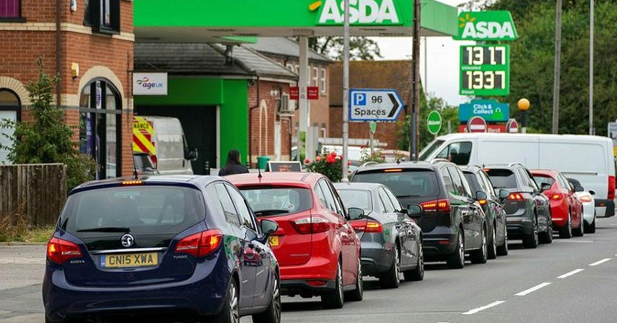 İngiltere'de insanlar benzin istasyonuna akın etti