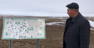 Kars'ta Magandalar Köy Tabelasına Ateş Açtı