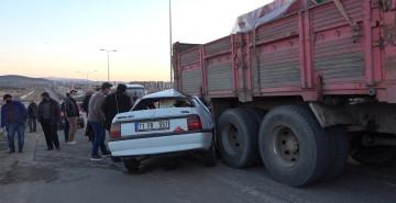 Kırıkkale'de Hız Yapan Sürücünün Aracı Kamyonete Saplandı