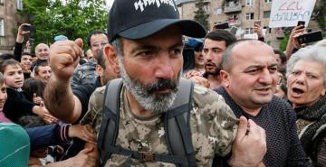 Muhalif Göstericiler Hükümet Binasını Bastı