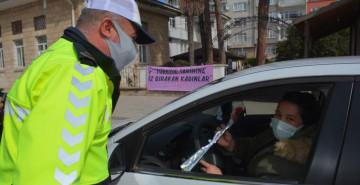 Polis Ekiplerinden Güzel Jest: Ceza Değil Çiçek Verdiler