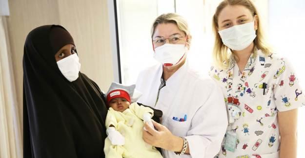 4 Bacaklı Doğan Bebeği Türk Hekimleri Tedavi Etti