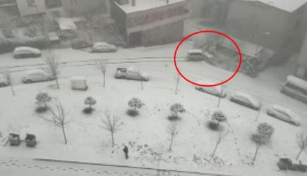 Bursa'da Buzlu Yolda Bir Araç Bahçeye Uçtu