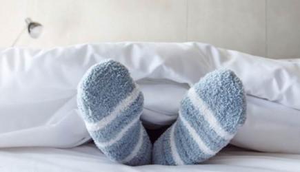 Çorapla Yatmak Günah mı? Çorapla Uyumak Caiz mi?