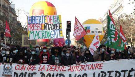 Fransa'da On binlerce Kişi Sokağa Döküldü
