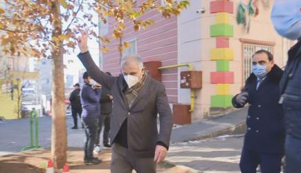 HDP'li Milletvekili Oturma Eylemi Yapan Ailelere Zafer İşareti Yaptı