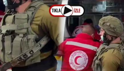 İsrail Askerleri Kızılay Ambulansın İçine Girip Yaralı Filistinliyi Almaya Kalkıştı