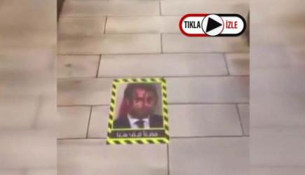 Kuveyt'te Macron'un Resmi Bir Restoranın Girişinde Yere Yapıştırıldı
