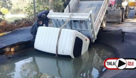 Muğla'da Su Borusu Patladı, Kamyonet İçine Düştü