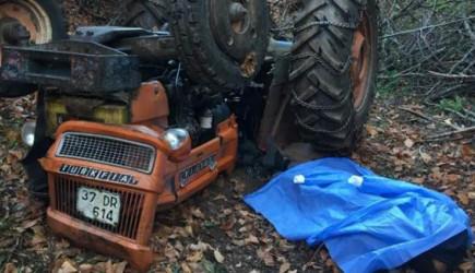 Odun Taşırken Devrilen Traktörün Altında Kaldı