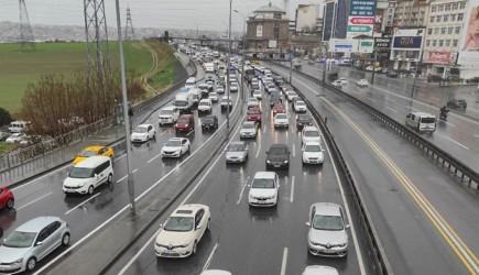 Sağanak Yağış İstanbul'un Trafiğini Kilitledi